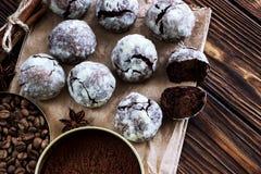 Galletas del chocolate en la tabla de madera con el grano de café, polvo de cacao Foto de archivo libre de regalías