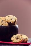 Galletas del chocolate en un cuenco Fotos de archivo libres de regalías