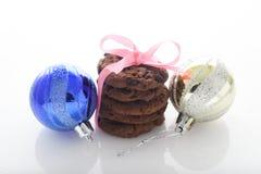 Galletas del chocolate y bolas de la Navidad Foto de archivo libre de regalías