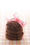 Galletas del chocolate y cinta rosada Foto de archivo