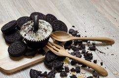 Galletas del chocolate y torta de la taza del chocolate con el relleno poner crema puesto Imagen de archivo