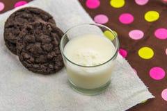 Galletas del chocolate y vidrio de leche Imagen de archivo libre de regalías