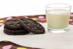 Galletas del chocolate y vidrio de leche Fotografía de archivo libre de regalías