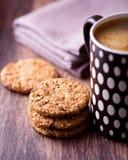 Galletas del cinamomo y taza de co delicioso Foto de archivo