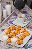 Galletas del coco con la bebida y el café de malibu Fotos de archivo libres de regalías