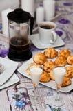 Galletas del coco con la bebida y el café de malibu Foto de archivo