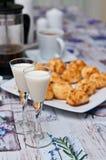 Galletas del coco con la bebida y el café de malibu Foto de archivo libre de regalías