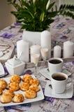 Galletas del coco con la bebida y el café de malibu Imagen de archivo libre de regalías
