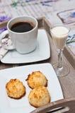 Galletas del coco con la bebida y el café de malibu Imagen de archivo