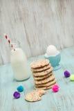Galletas del confeti con el huevo y leche y bolas decorativas fotos de archivo