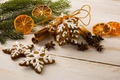 Galletas del copo de nieve de la formación de hielo de la Navidad imágenes de archivo libres de regalías