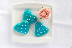 Galletas del corazón con la formación de hielo azul del top Foto de archivo