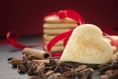 Galletas del corazón de la tarjeta del día de San Valentín Foto de archivo libre de regalías