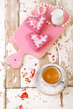 Galletas del corazón y taza de café rojas del café express en la tabla de madera vieja imagen de archivo
