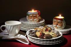 Galletas del día de fiesta de la Navidad con las placas y las velas Imagen de archivo