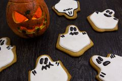 Galletas del día de fiesta de Halloween en la forma de fantasmas Imagen de archivo