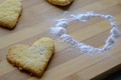 Galletas del día de tarjeta del día de San Valentín con el primer del azúcar en polvo imagen de archivo libre de regalías