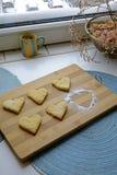 Galletas del día de tarjeta del día de San Valentín con el retrato del azúcar en polvo fotografía de archivo