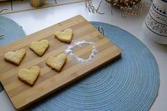 Galletas del día de tarjeta del día de San Valentín con el top del azúcar en polvo fotos de archivo libres de regalías