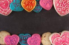 Galletas del día de tarjeta del día de San Valentín en una piedra negra Imagen de archivo