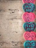 Galletas del día de tarjeta del día de San Valentín en una tabla de madera Foto de archivo