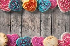 Galletas del día de tarjeta del día de San Valentín en una tabla de madera del rustin Fotos de archivo libres de regalías