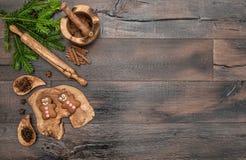 Galletas del hombre de pan de jengibre de la Navidad, especias y herramientas de la hornada Imagen de archivo