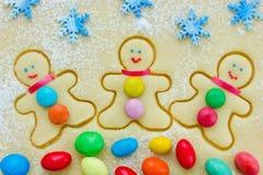 Galletas del hombre de pan de jengibre, galleta cruda de la Navidad Foto de archivo libre de regalías