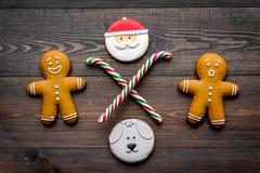 Galletas del hombre de pan de jengibre para la comida del Año Nuevo en la opinión superior del fondo de madera Imágenes de archivo libres de regalías