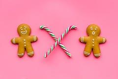 Galletas del hombre de pan de jengibre para la comida del Año Nuevo en la opinión superior del fondo rosado Fotografía de archivo libre de regalías