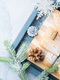 Galletas del invierno con el azúcar de formación de hielo para la Navidad vertical Fotografía de archivo