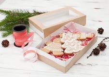 Galletas del jengibre de la Navidad en una caja para el regalo Fotografía de archivo