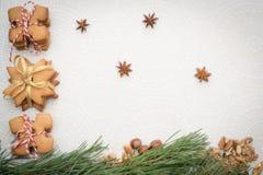 Galletas del jengibre de la Navidad en una tabla Imagenes de archivo