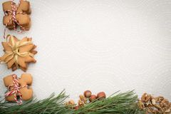 Galletas del jengibre de la Navidad en una tabla Imagen de archivo libre de regalías