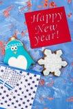 Galletas del pan de jengibre del Año Nuevo con saludos Imágenes de archivo libres de regalías