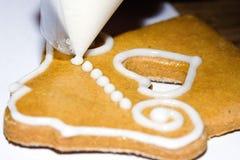 Galletas del pan de jengibre - adornando Fotos de archivo