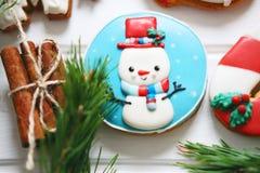 Galletas del pan de jengibre con helar adornado para la Navidad Fotos de archivo libres de regalías