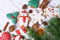 Galletas del pan de jengibre con helar adornado para la Navidad Imágenes de archivo libres de regalías