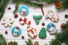 Galletas del pan de jengibre con helar adornado para la Navidad Foto de archivo libre de regalías