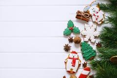Galletas del pan de jengibre con helar adornado para la Navidad Imagen de archivo