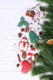 Galletas del pan de jengibre con helar adornado para la Navidad Imagenes de archivo