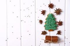 Galletas del pan de jengibre con helar adornado para la Navidad Fotografía de archivo libre de regalías