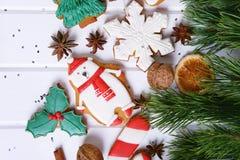 Galletas del pan de jengibre con helar adornado para la Navidad Fotografía de archivo