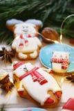 Galletas del pan de jengibre con helar adornado para la Navidad Fotos de archivo