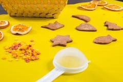 Galletas del pan de jengibre con las decoraciones de la formación de hielo Imagen de archivo libre de regalías