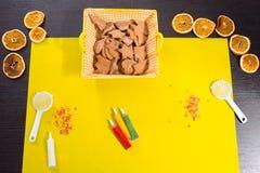 Galletas del pan de jengibre con las decoraciones de la formación de hielo Foto de archivo