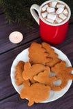 Galletas del pan de jengibre de la Navidad, chocolate caliente Fotografía de archivo libre de regalías