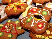 Galletas del pan de jengibre de la Navidad con el adornamiento colorido Fotos de archivo libres de regalías