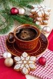 Galletas del pan de jengibre de la Navidad con la bebida caliente Foto de archivo