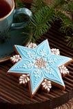 Galletas del pan de jengibre de la Navidad con la bebida caliente Fotografía de archivo libre de regalías